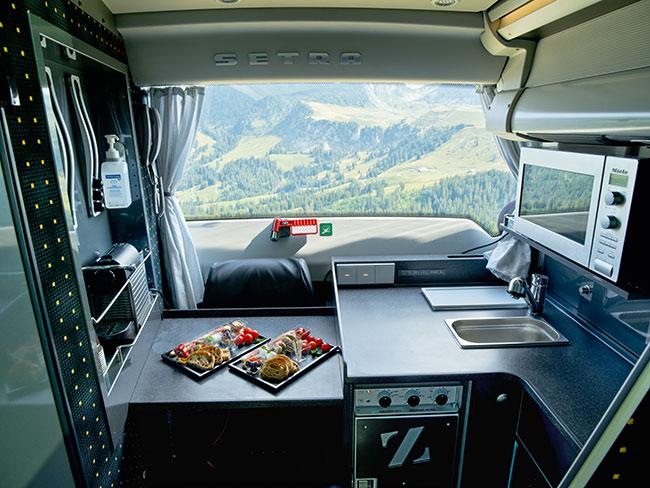 Moderne Heckküche in den Marti Reisecars
