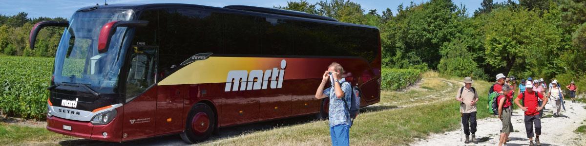 Marti Car mit Wandergruppe