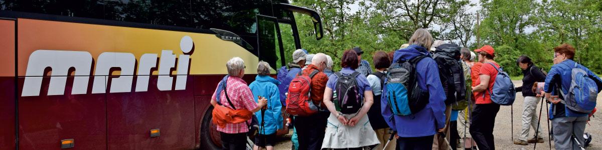 Wandergruppe auf Aktivreise vor Marti Car