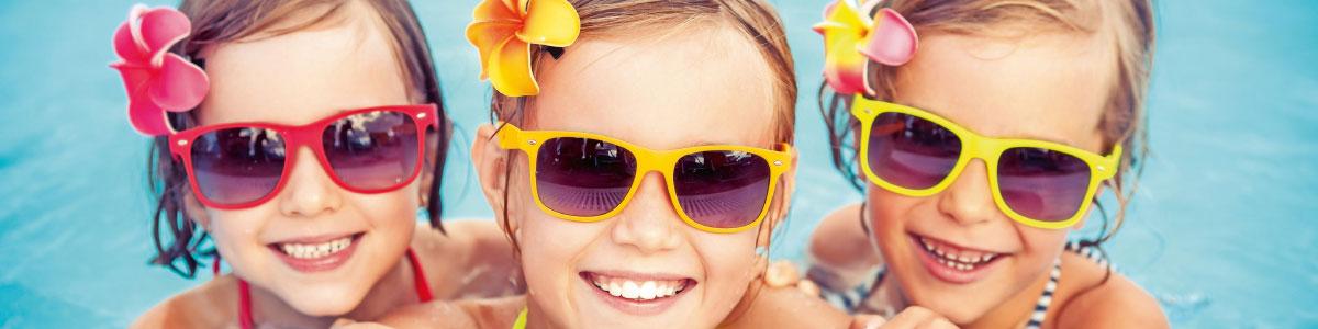 Kinder am Strand oder Pool während Badeferien
