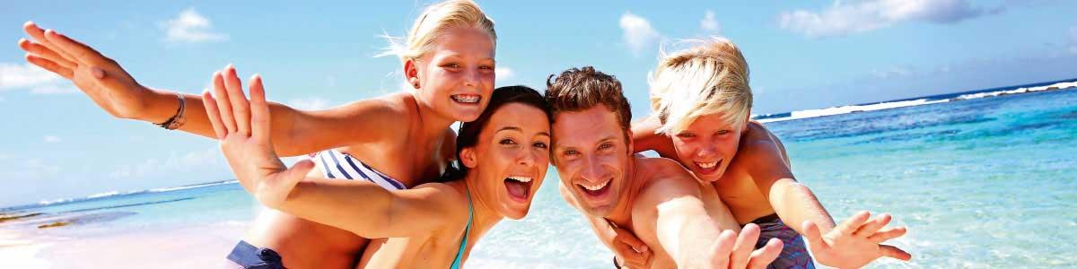 Familie am Strand während Badeferien in Italien