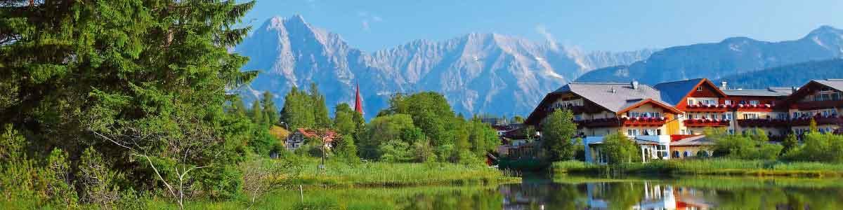 Ferienort mit Bergsee im Tirol in Österreich