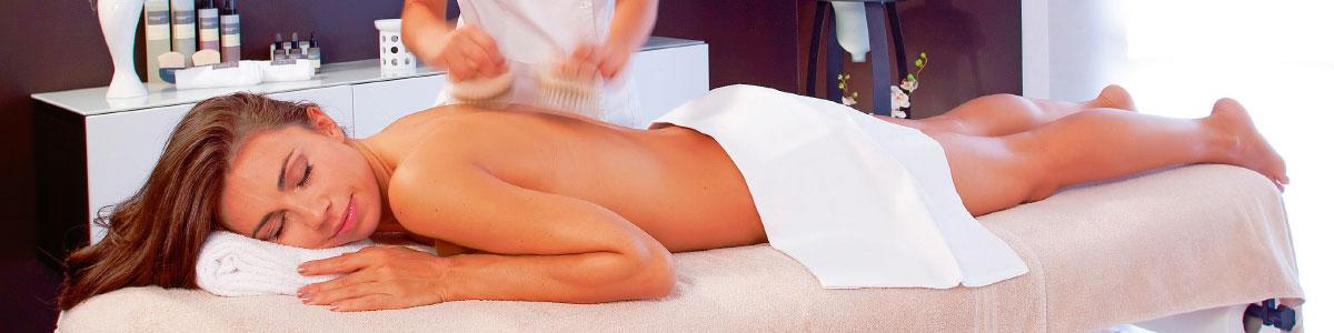 Frau während Massage in Kurferien