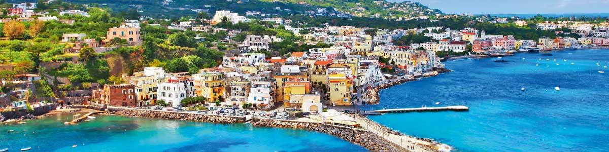 Blick auf Stadt auf der Ferieninsel Ischia