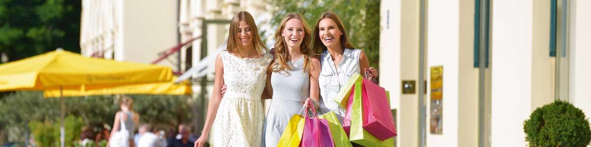Drei Frauen beim Shopping