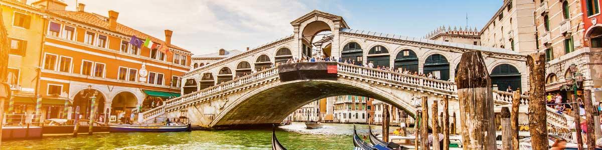 Rialtobrücke in Venedig während Rundreise