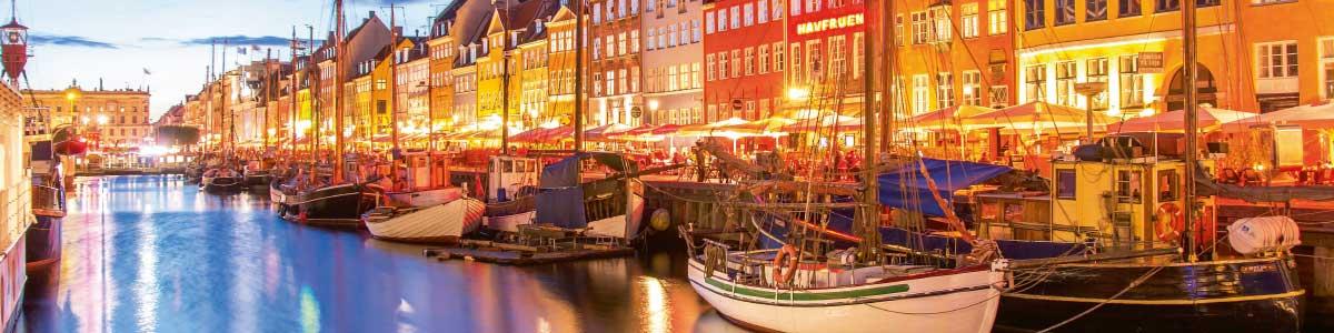 Hafen mit Schiffen in Dänemark Skandinavien