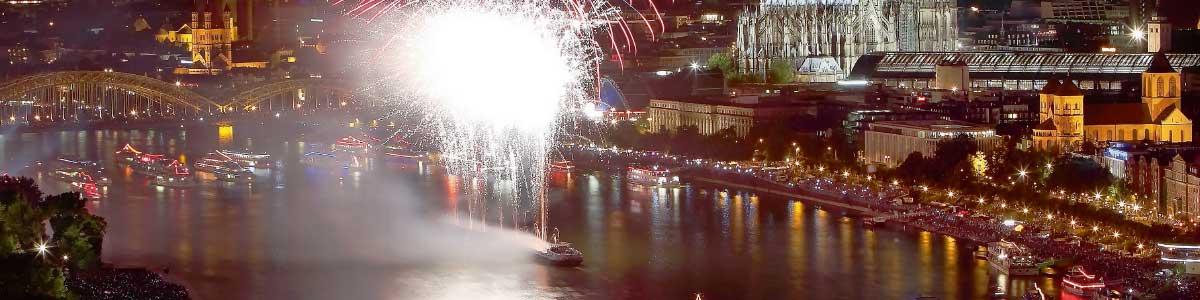 Silvesterfeuerwerk auf dem Rhein in Köln