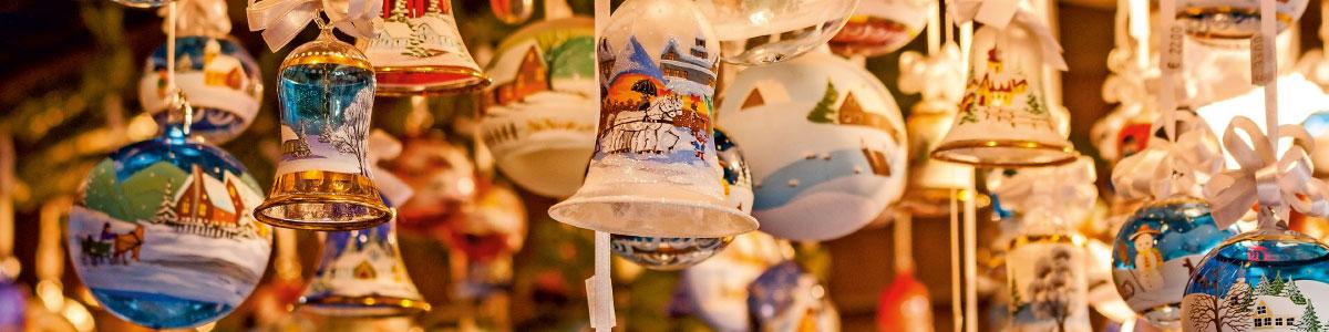 Glocken und Kugeln an Weihnachtsmarktstand