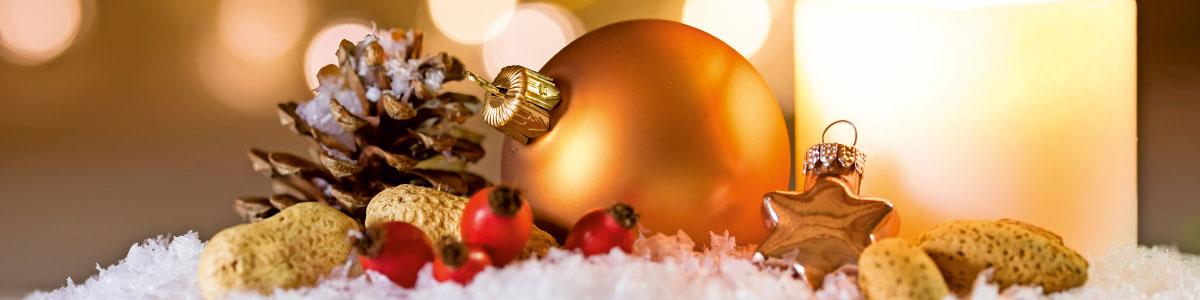 Weihnachtskugel an Weihnachtsmarktstand