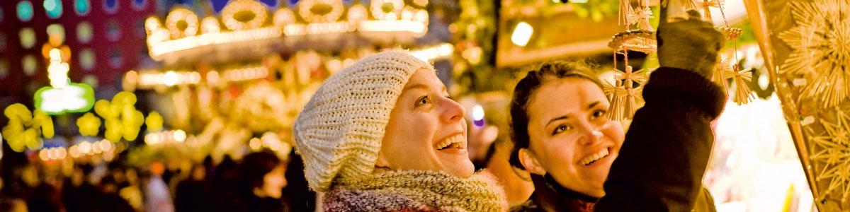 Frau an einem Weihnachtsmarktstand