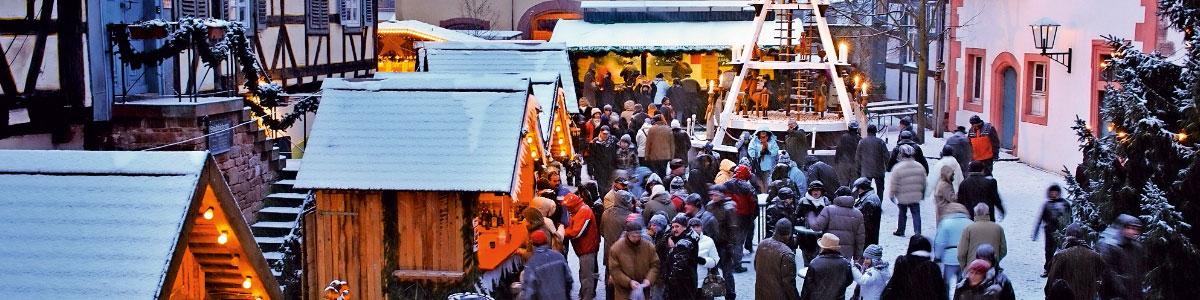 Stände an Weihnachtsmarkt