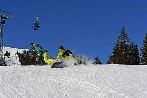 Snowboarder und Skifahrer an der Lenk