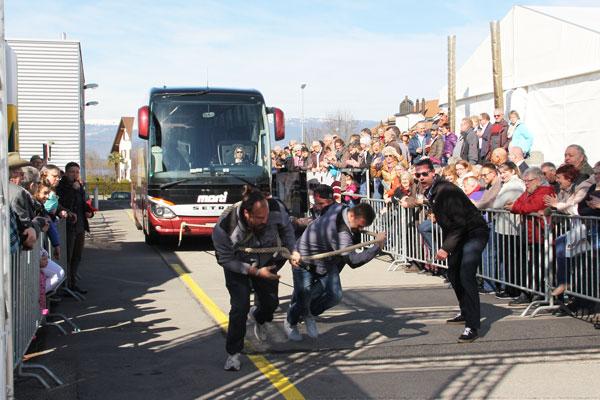 Bus-Pulling am Marti Reise-Festival
