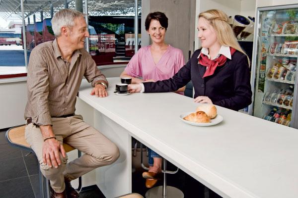 Reisegäste in der Marti Lounge im Car Terminal