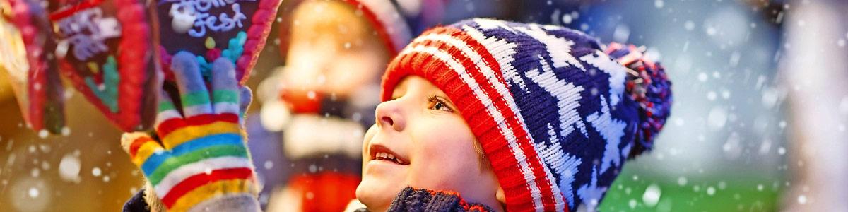 Kind an Weihnachtsmarkt während Marti Reise